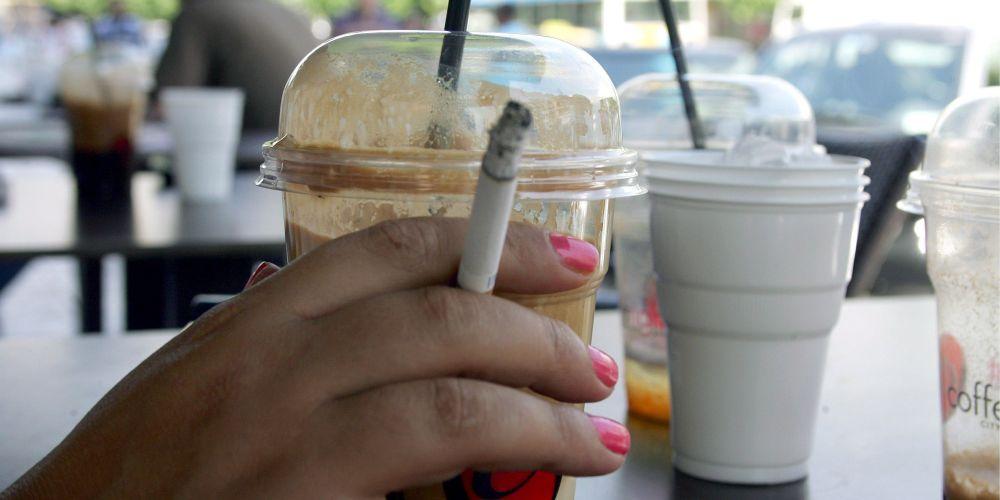 Η «πατέντα» για να γλιτώνουν οι καφετέριες τους ελέγχους για το κάπνισμα που ξεκίνησε από τα Τρίκαλα