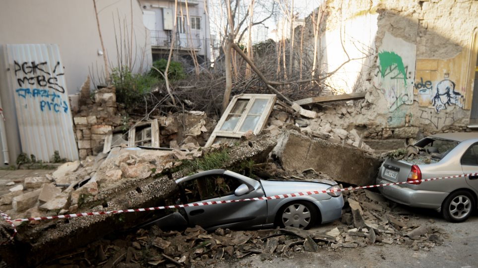 704b4917bd8d Κατέρρευσε σπίτι στο κέντρο της Αθήνας - VIDEO
